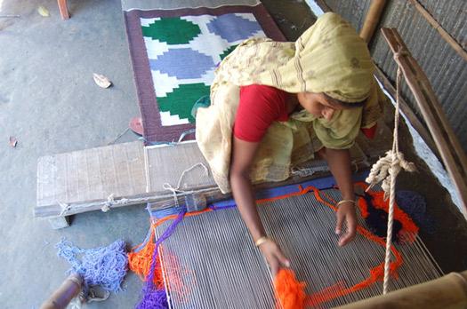 ラグを織る村の職人