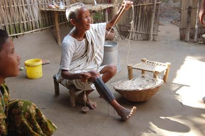 ジュートの糸をつぐむ村の職人