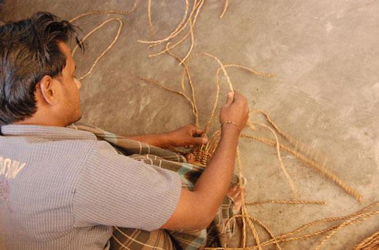 かごを編む村人
